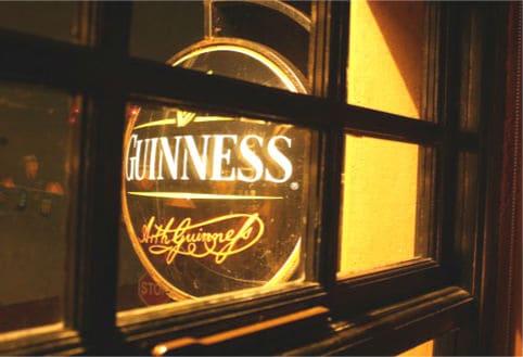 beber guiness en un irish