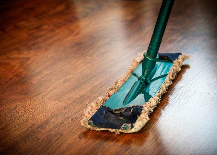 mopa antigua siendo utilizada en suelo de madera